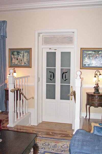 disneyland dream suite 2 living room 1 (3)