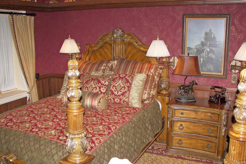 disneyland dream suite 4 second bedroom 1 (2)
