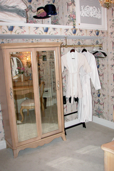 disneyland dream suite 3 master bedroom 5 powder room (2)