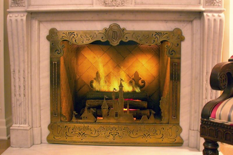 disneyland dream suite 2 living room 1 (6)