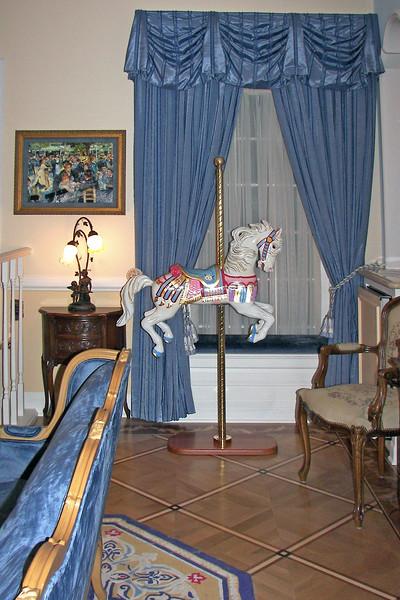 disneyland dream suite 2 living room 2 decor (3)