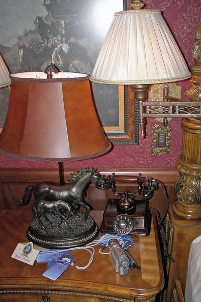 disneyland dream suite 4 second bedroom 2 lighting (2)