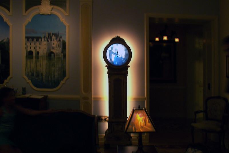 disneyland dream suite 2 living room 2 decor (2)