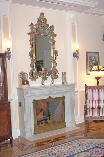 disneyland dream suite 2 living room 1 (4)