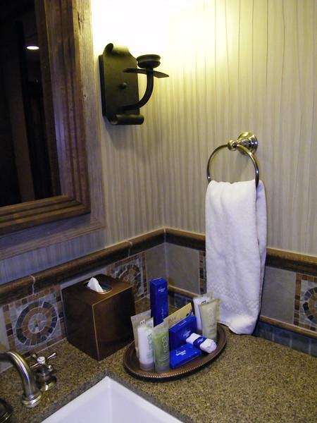 20110602_big_thunder_suite_disneyland_hotel_5_second_bedroom (3)