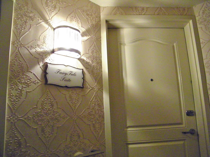 fairy_tale_suite_honeymoon_disneyland_hotel_ (5)