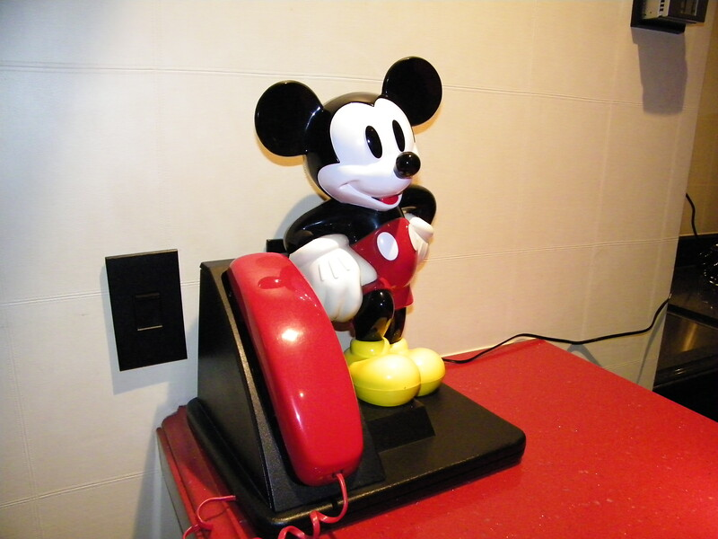 20110602_mickey_mouse_penthouse__disneyland_hotel_2_living_room (12)