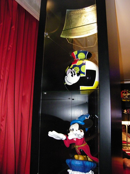 20110602_mickey_mouse_penthouse__disneyland_hotel_2_living_room (8)