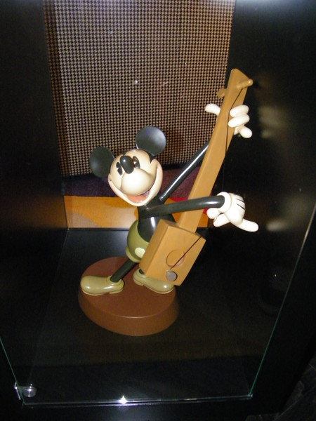 20110602_mickey_mouse_penthouse__disneyland_hotel_2_living_room (13)