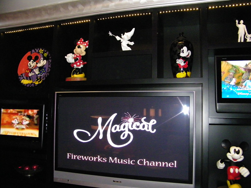 20110602_mickey_mouse_penthouse__disneyland_hotel_2_living_room (9)