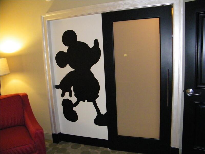 20110602_mickey_mouse_penthouse__disneyland_hotel_5_master (4)