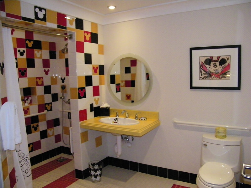 20110602_mickey_mouse_penthouse__disneyland_hotel_5_second_bedroom (12)