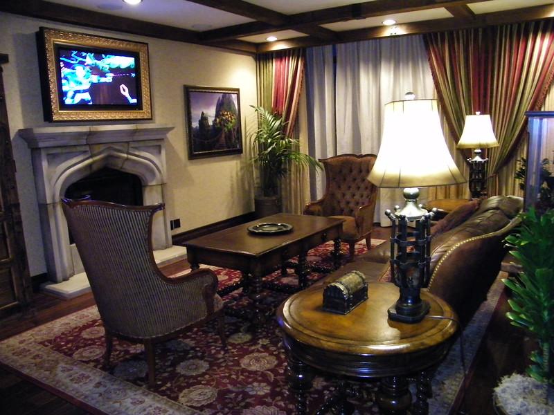 20110602 disneyland hotel pirates of the caribbean suite 1 living room (1)