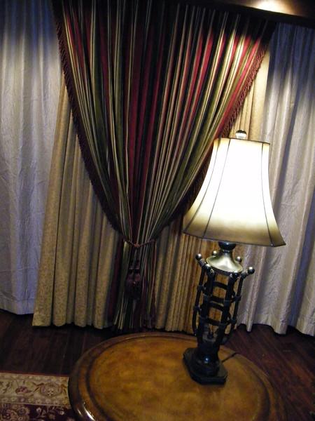20110602 disneyland hotel pirates of the caribbean suite 1 living room (16)