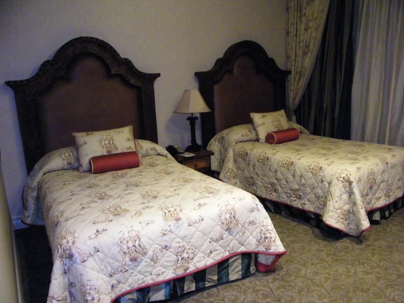 20110602 disneyland hotel pirates of the caribbean suite 3 bedroom 2 (1)