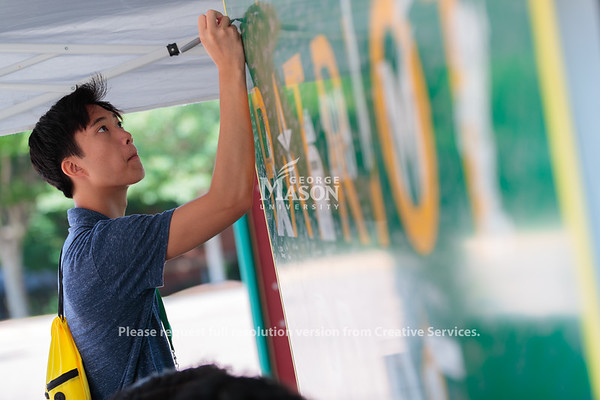 Statue and plaque signing during Orientation. Photo by Ian Shiff/Creative Service/George Mason University