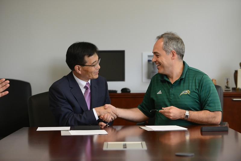 Angel Cabrera, President, George Mason University signs a Memorandum of Understaning with Jae-Hwan Ahn, President, Ajou University. Photo by Evan Cantwell/Creative Services/George Mason University
