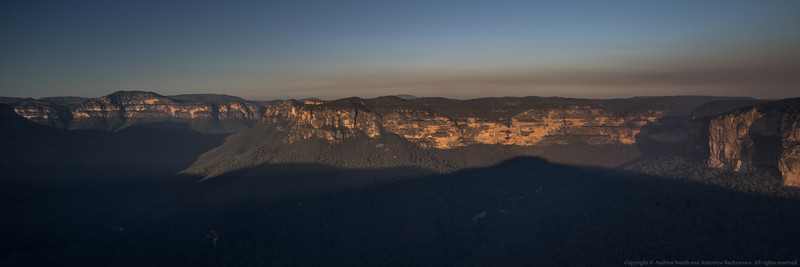 18:40. A hazy view down the Grose Valley from Evans Lookout.