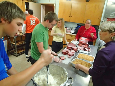 Under Diane's careful eye, our food serving assembly line: ham, green-bean casserole and mashed potatoes. .. Be careful not to drool on your keyboard!