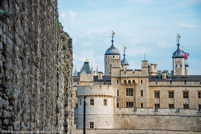 On the left, the Roman and Medieval wall, dating to AD190-220, on the right the Tower of London