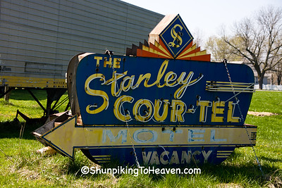 Vintage Neon Motel Sign, Henry's Rabbit Ranch on Historic Route 66, Staunton, Illinois