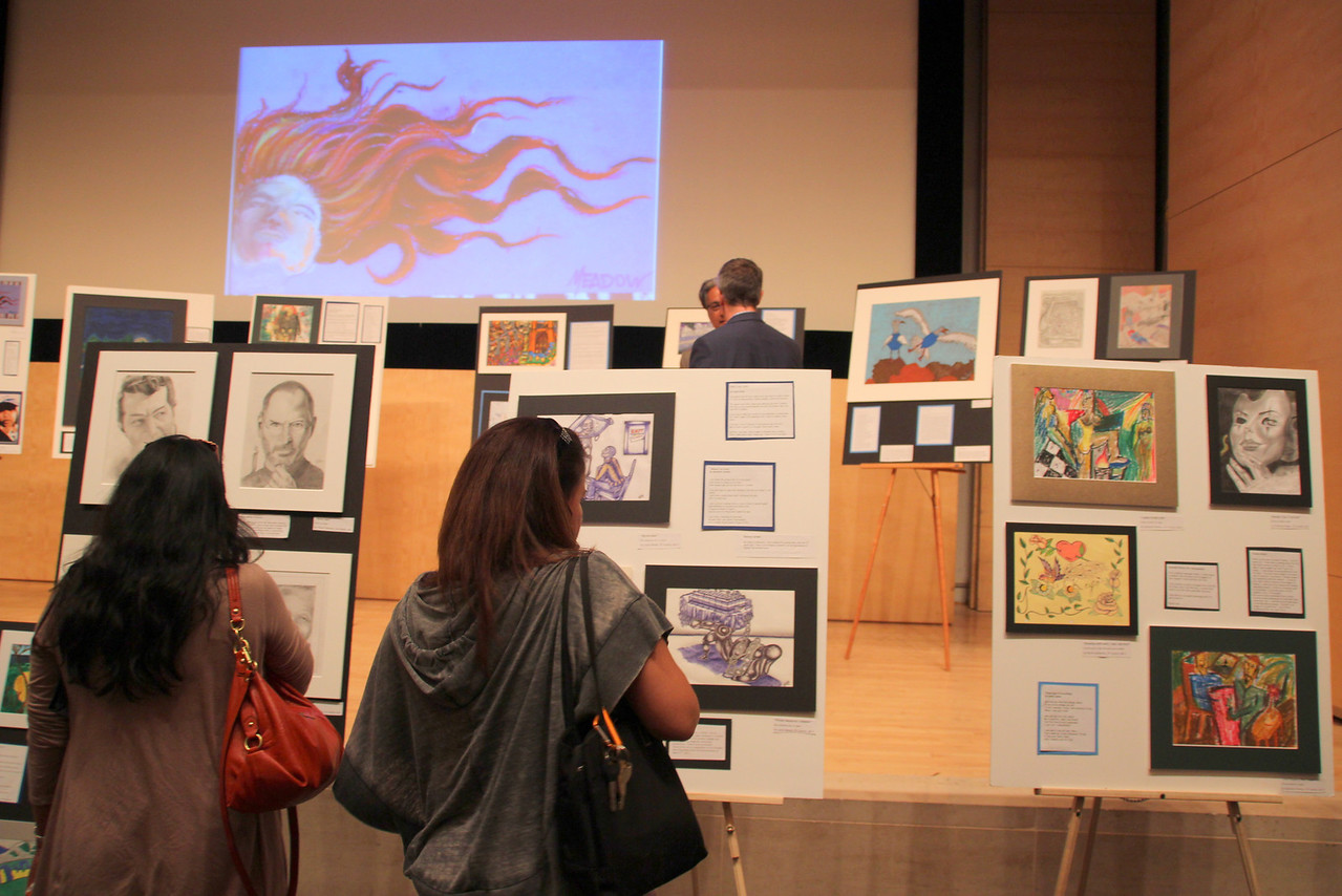 Before the live performance started, guests admired the drawings and paintings created while in custody with pencil, pen or paint.