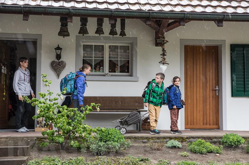 Familie Marcel und Brigitt Burch, Misteli Hof<br /> <br /> Marcel und Brigitt Burch mit ihren Kindern Flavia, Reto, und Patrizia<br /> <br /> Der Entscheid war wohl überlegt, und doch nicht einfach, als Marcel und Brigitt Burch im Sommer 2007 ihre Heimatregion Schwyz verlassen und ihre Anstellung auf dem Misteli Hof angetreten haben. Max Misteli hat den Hof von seinen Eltern vor über 10 Jahren übernommen und diesen seinem Cousin und Viehhändler Rolf Nützi verpachtet, der den Betrieb mit seinen Mitarbeitern führt. Hier haben Burchs mit ihren Kindern eine zweite Heimat gefunden und pflegen Hof und Haus mit grossem Engagement. Angedacht als Handelsstall ist der Betrieb heute schwergewichtig ein Milchwirtschaftsbetrieb. Die 35 Kühe, die von Marcel und Brigitt besorgt werden, liefern täglich ca. 900 Liter Milch. Daneben gilt es etwa ebenso viele Galtkühe, Rinder und Kälber zu versorgen und die Felder zu bestellen. Bei aller Arbeit bleibt Zeit für Tradition und Brauchtum. Die Kühe tragen Glocken und an manchen Abenden ertönt aus der Stube Örgelimusik.© Patrick Lüthy/IMAGOpress.com / Text : Max Misteli