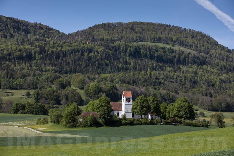 Die katholische Pfarrkirche von Matzendorf steht allein und auf erhöhter , weit einsehbarer Lage zwischen den Orten Matzendorf und Aedermannsdorf © Patrick Lüthy/IMAGOpress.com