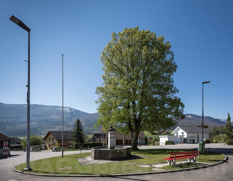 Kreisel im Zentrum von Aedermannsdorf - Parkbank - Brunnen - Dorfplatz - Baum © Patrick Lüthy/IMAGOpress.com