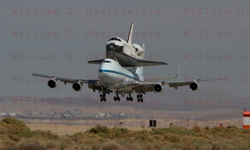 NASA905/Endeavour lands on rwy 22, Edwards AFB Sept.20,2012