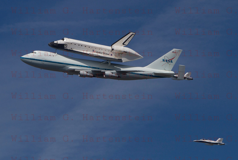 NASA905/Endeavour does a flyby over Los Angeles, CA Sept. 21, 2011