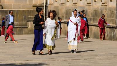 Zum Kirchgang gekleidete Frauen
