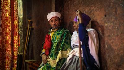 Paar in Felsenkirche, Lailbela, Äthiopien