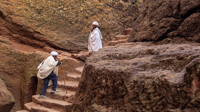Gläubige an der Felsenkirch Bet Medhane Alem in Lalibela