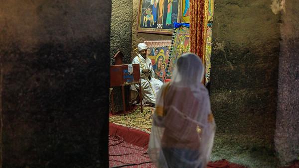 Verschleierte Gläubige in Bet Medhane Alem in Lalibela
