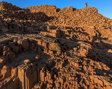 Berg und Burgreste aus zementiertem Sandstein