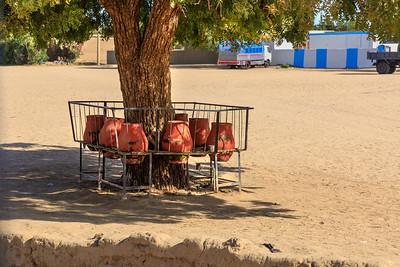 Wasserkrüge an Bushaltestelle in Kerma, Sudan