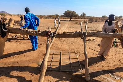 Die lange Spur der Zugtiere entspricht der Tiefe des Brunnens im Wadi Awateib