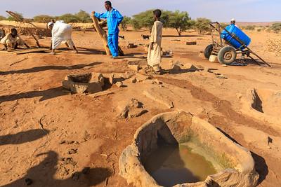 Der 70 m tiefe Brunnenschacht wird mit einer schweren Eisenplatte abgedeckt