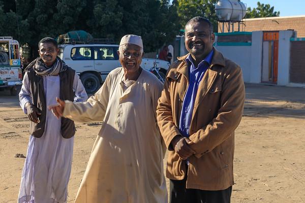 Unsere kundigen Führer durch das Kerma Museum, insbes. der Museumsdirektor (rechts), und durch Tumbus