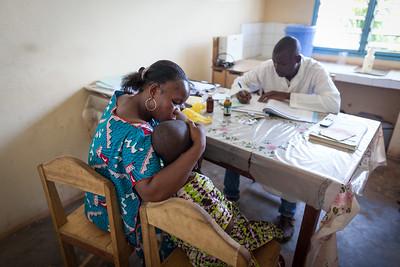 IVORY COAST,  June 2015: Goubialou Zrankeuyeu Grace, 8 ans, petite fille malade à l'hôpital.  Glauman Lean Alphonsine, sa mère Dely Flavain, Infirmier Photo: Christopher Herwig/UNICEF