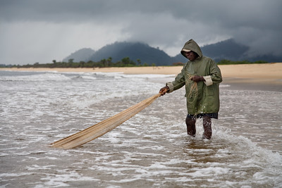 ARKIV 060809 - A day after his 77th birthday Francis, the once head of the village of Sussex where he was born, heads out fishing on a typical day in the rainy season to try and catch dinner. Beaches around the village of Sussex on the Freetown Peninsula. Sussex, Freetown Peninsula, Sierra Leone Foto: Christopher Herwig - Kod 9266