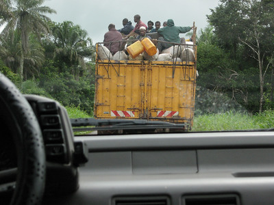 ARKIV 060803 - Cargo truck with workers riding in the back. Road to Bo, Sierra Leone Foto: Christopher Herwig - Kod 9266