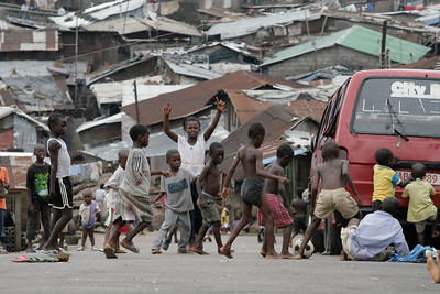ARKIV 060802 - Kids playing football ( soccer ) on the busystreets of Kroo town. Freetown, Sierra Leone Foto: Christopher Herwig - Kod 9266