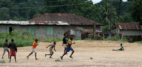 ARKIV 060803 -Young boys playing football. Bo is Sierra Leone's second largest city and is in the heart of Mende country. The area is rich in diamonds and suffered greatly during the recent civil war. Bo, Sierra Leone Foto: Christopher Herwig - Kod 9266