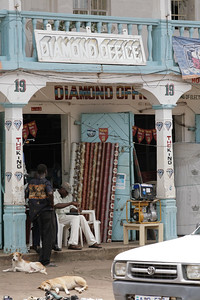 ARKIV 060803 - Shops selling diamonds and catering to potential prospectors can be found all over the city of Bo.  Bo is Sierra Leone's second largest city and is in the heart of Mende country. The area is rich in diamonds and suffered greatly during the recent civil war. Bo, Sierra Leone Foto: Christopher Herwig - Kod 9266