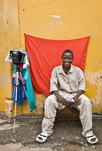 ARKIV 060803 -Sumailaa Koroma, young photographer and his sidewalk studio.   Bo is Sierra Leone's second largest city and is in the heart of Mende country. The area is rich in diamonds and suffered greatly during the recent civil war. Bo, Sierra Leone Foto: Christopher Herwig - Kod 9266