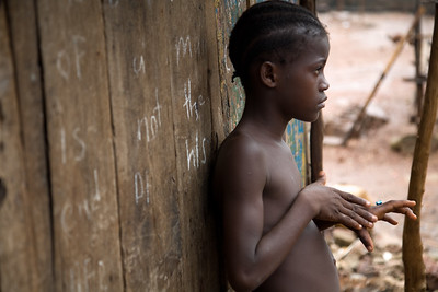 ARKIV 060802 - Young girl leaning up against her home. The underdeveloped district of Kroo Town.  Freetown, Sierra Leone Foto: Christopher Herwig - Kod 9266
