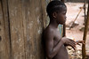 ARKIV 060802 - Young girl leaning up against her home. The underdeveloped district of Kroo Town. <br /> Freetown, Sierra Leone<br /> Foto: Christopher Herwig - Kod 9266