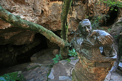 Tribute to Dr Broom for his discovery of Mrs Ples at Sterkfontein Cave